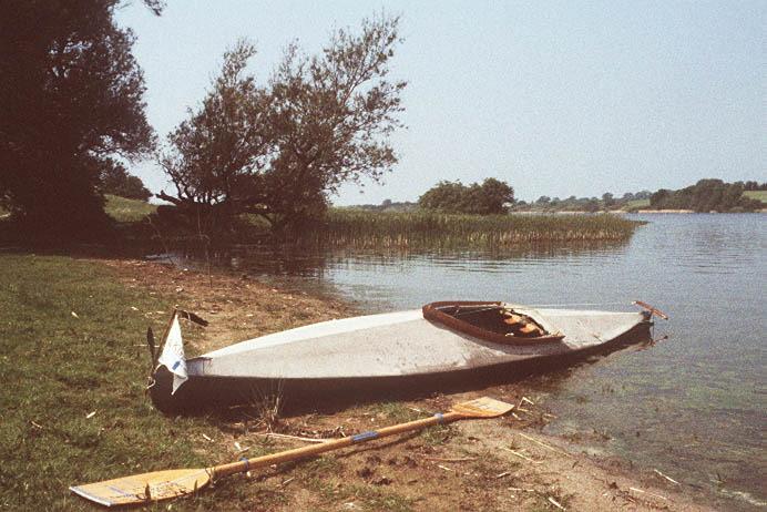 Kette Langeiner an                                           einem Seeufer liegend